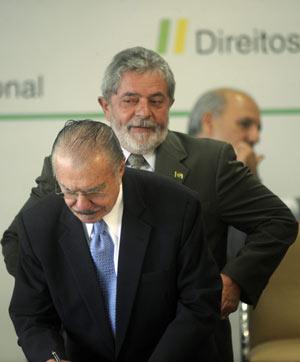 El jefe del Senado brasileño, José Sarney, en primer plano, junto al presidente Lula. | Efe