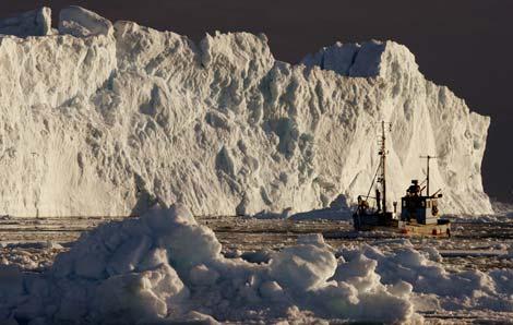Un pesquero circula entre hielos flotantes en la costa de Groenlandia. |Foto: Reuters