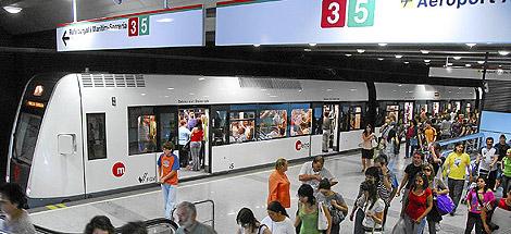Decenas de pasajeros del metro salen de uno de los vagones. | EL MUNDO