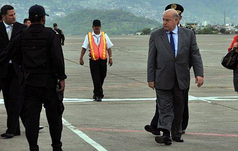 Insulza, a su llegada al aeropuerto Toncontín en Tegucigalpa. | Efe