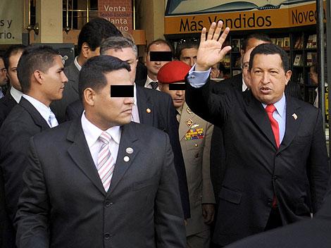 Chávez a la salida de La Casa del Libro en Madrid (Foto El Mundo)