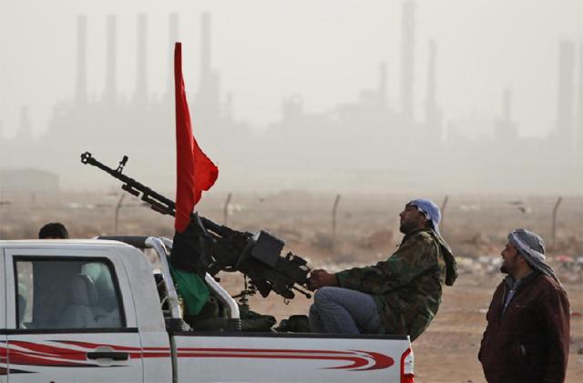 Las tropas rebeldes en Ras Lanuf celebran su victoria. | AP