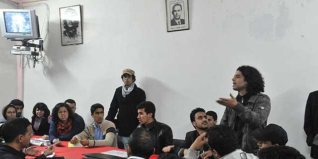 Mimebros del 'Movimiento 20 de febrero' discuten tras ver el discurso televisado de Mohamed VI. | Afp