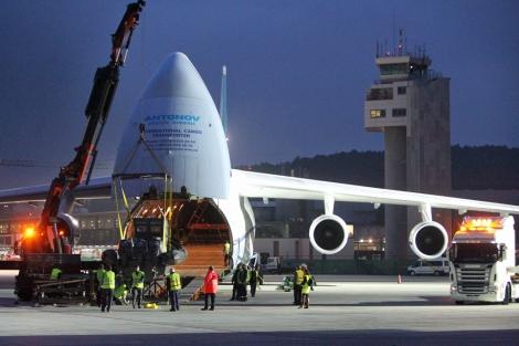 Momento en el que el Antonov carga una de las patrulleras. | A.G.