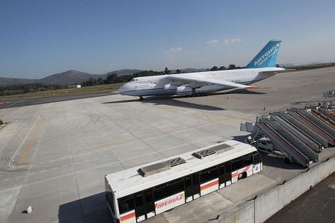 El avión Antonov, estacionado en el aeropuerto vigués de Peinador. | A. G.