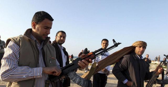 Varios rebeldes cerca de Trípoli. (Efe)