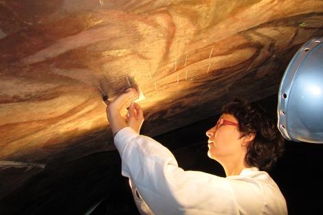 Una restauradora aplica el gel de bacterias.