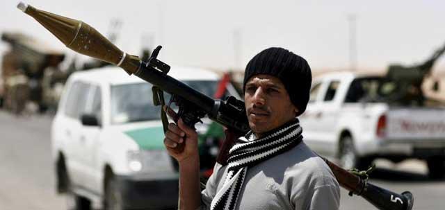 Un rebelde libio, a las puertas de Ajdabiya. | Efe