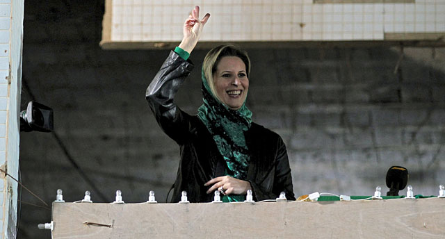 La hija del coronel Gadafi, Aisha, en el cuartel militar de Bab al Azizia, en Trípoli, la capital del régimen libio.   Efe
