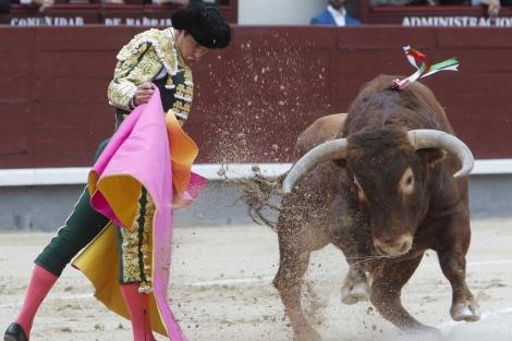 Capotazo de El Juli a su primer toro. | Efe