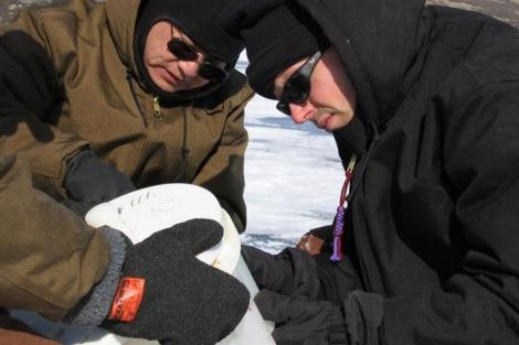 Investigadores sacan el hielo del lago.| PNAS