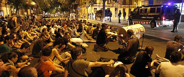 Varias decenas de jóvenes concentrados ante la comisaría de Les Corts, donde están los detenidos. | Efe