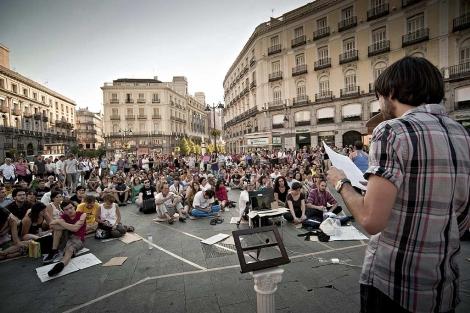 Un portavoz expone sus propuestas sobre política a los asistentes.| Efe