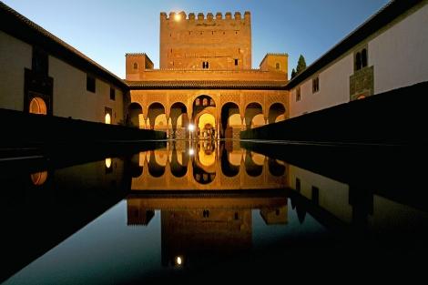 Turistas en el Patio de los Arrayanes de la Alhambra de Granada. | E.M.