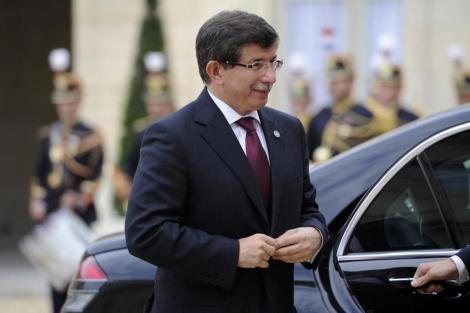 El ministro de Exteriores turco, Ahmet Davutoglu, a su llegada a Francia. | Afp