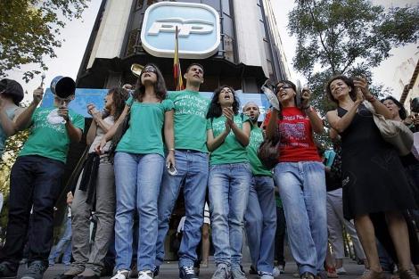 Una decena de profesores de Secundaria protesta frente a la sede del PP.  Di Lolli