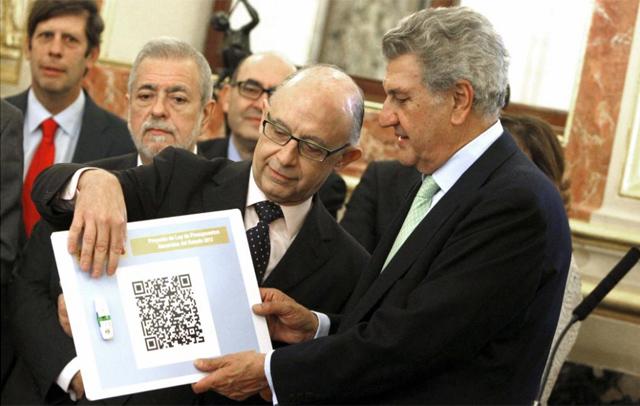 Cristóbal Montoro muestra al presidente del Congreso, Jesús Posada, los presupuestos. | Efe