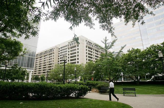 Fachadas de los edificios del Banco Mundial (izdq.) y el FMI en Washington.   Afp