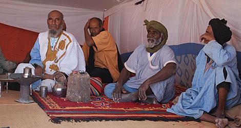 Ancianos saharauis en el interior de una haima. | R.Q.