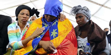 Familiares de las víctimas durante el funeral. | Afp