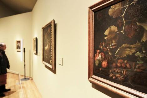 Una imagen de la obra 'Bodegón con uvas, manzanas, frutos secos y jarra de terracota'. | Efe