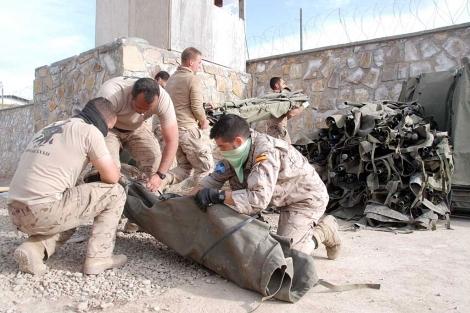Militares españoles desmontando literas en el campamento de Moqur. | M.B.