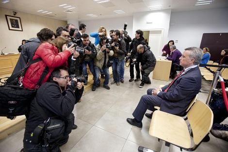 Ortega Cano, con semblante serio, antes del inicio del juicio en Sevilla. | Conchitina