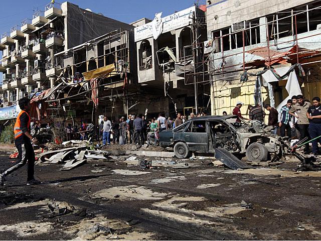Residentes del distrito Al Mashtal (Bagdad) observan las secuelas de los ataques. | Reuters