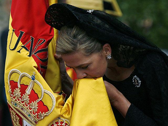 La Infanta Cristina besa la bandera en un acto de la Guardia Civil en 2008. | Marcelo del Pozo / Reuters