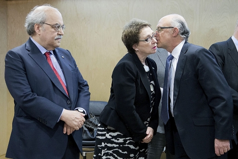 El ministro Montoro saluda a la consejera de Hacienda, Carmen Martínez Aguayo. | G. Arroyo