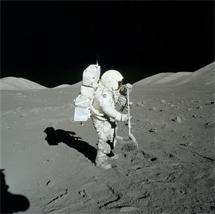Harrison Schmitt cogiendo rocas lunares.   NASA