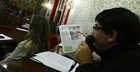 El portavoz de EU con la portada de la edición de EL MUNDO Alicante. | Manuel Lorenzo