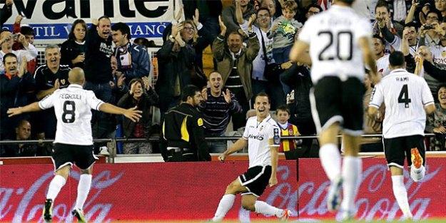 Roberto Soldado celebra el primer tanto del Valencia. | Efe