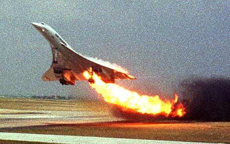 Imagen del Concorde accidentado tras despegar del aeropuerto de París-Roissy, en 2000. | AP