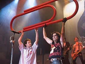 Kyle MacDonald con el grupo Alice Cooper, en pleno concierto. (Foto: kylemacdonald en Flickr)