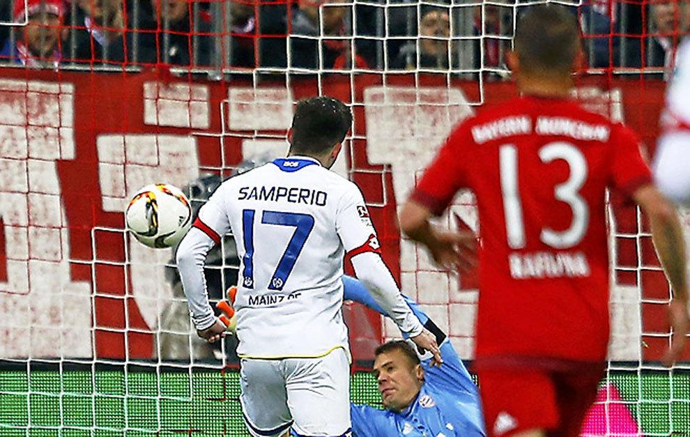 Jairo Samperio (22) bate a Manuel Neuer (29)
