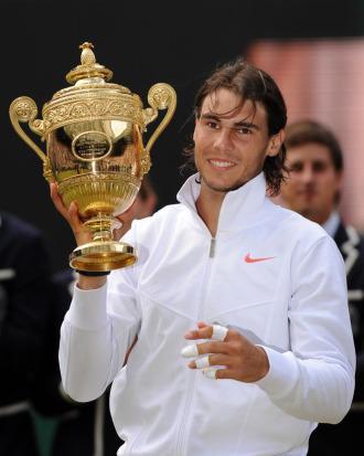 Rafa Nadal posa con el trofeo de campeón de Wimbledon.