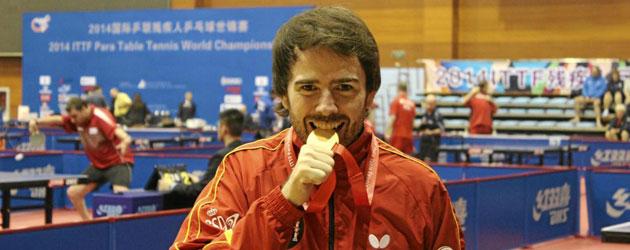 Álvaro Valera muerde el oro conquistado en el Mundial de tenis de mesa adaptado en Pekín.