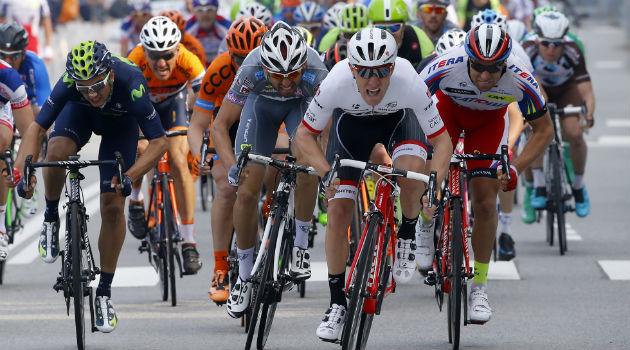 Nizzolo sprintando en meta. FOTO: Prensa Movistar Team