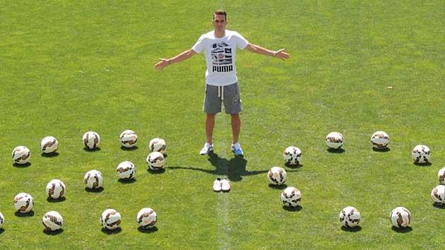 David Rodríguez posa con varios balones formando un 20, por sus goles / Prensa A. D. Alcorcón