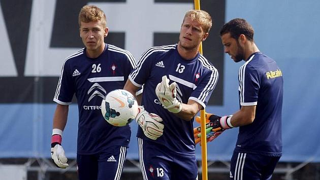 Rubén Blanco (19), Yoel (26), ahora en el Valencia, y Sergio (28), durante un entrenamiento con el Celta en la 2013-14