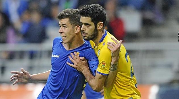 Cristian Rivera pelea por la posición con Fernando Román en el partido del pasado sábado.