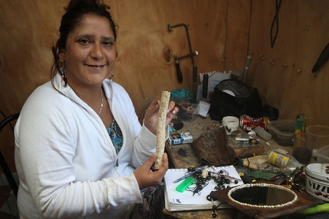 Brenda González muestra parte de un coral. | J. Barreno