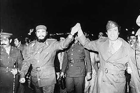Fidel Castro es recibido por Muamar el Gadafi a su llegada a Libia en 1977. (EL MUNDO)