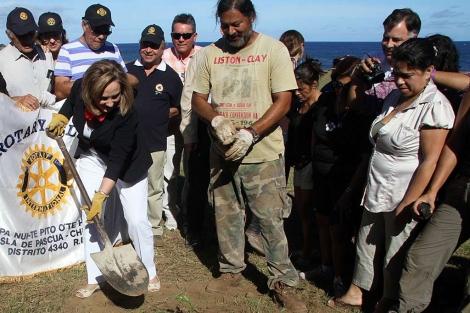 La mujer del presidente plantando un toromiro.