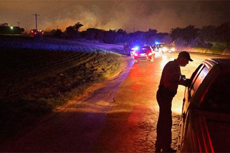 Fuerzas de seguridad bloquean el paso por los gases tóxicos. | Afp