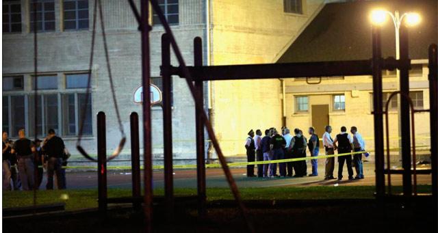 Varios policías en la cancha de baloncesto donde tuvo lugar el tiroteo. | Afp
