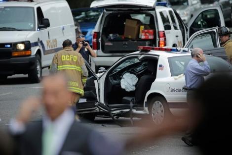 Vehículo colisionado en el que viajaba el policía herido. | Afp