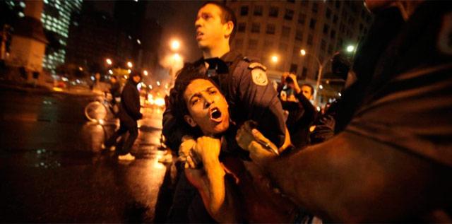 Un policía detiene a un manifestante durante las protestas.   Efe
