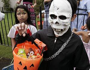 Un niño recolecta caramelos en una fiesta de Halloween en Manila. (Foto: AP)